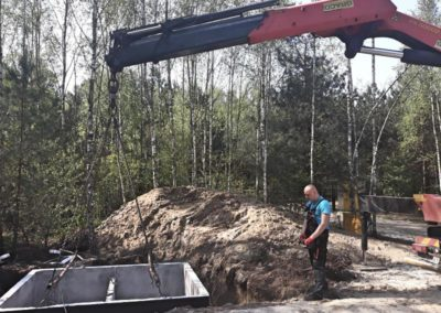 moment opuszczania szamba betonowego do przygotowanego wykopu