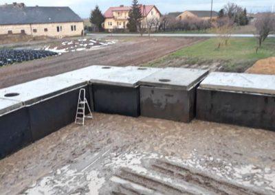 zbiorniki betonowe na placu