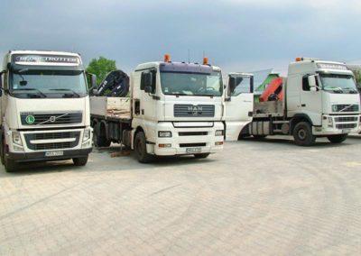 plac z ciężarówkami gotowymi do transportu
