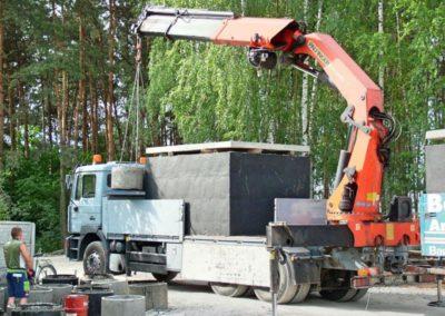 ładowanie elementów szamb na ciężarówkę