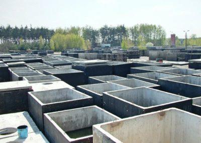 widok na plac pełen szamb betonowych