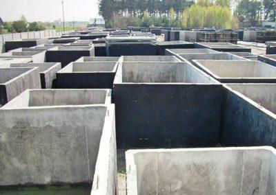 plac pełen szamb betonowych 2