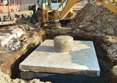 szambo betonowe w przygotowanym rowie